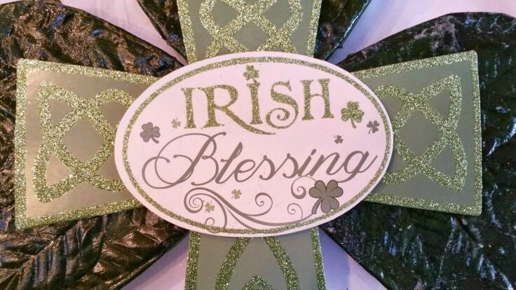 St. Patrick's Day Shamrock Door Hanger or Wall Plaque - A great craft from Robin at Redo It Yourself Inspirations featured on Kenarry: Ideas for the Home