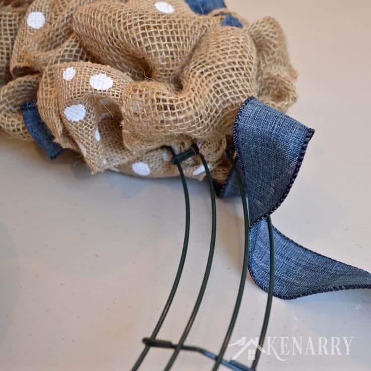 Love this denim and dots burlap wreath tutorial! It's an easy DIY craft using two different accent ribbons to create beautiful home decor.