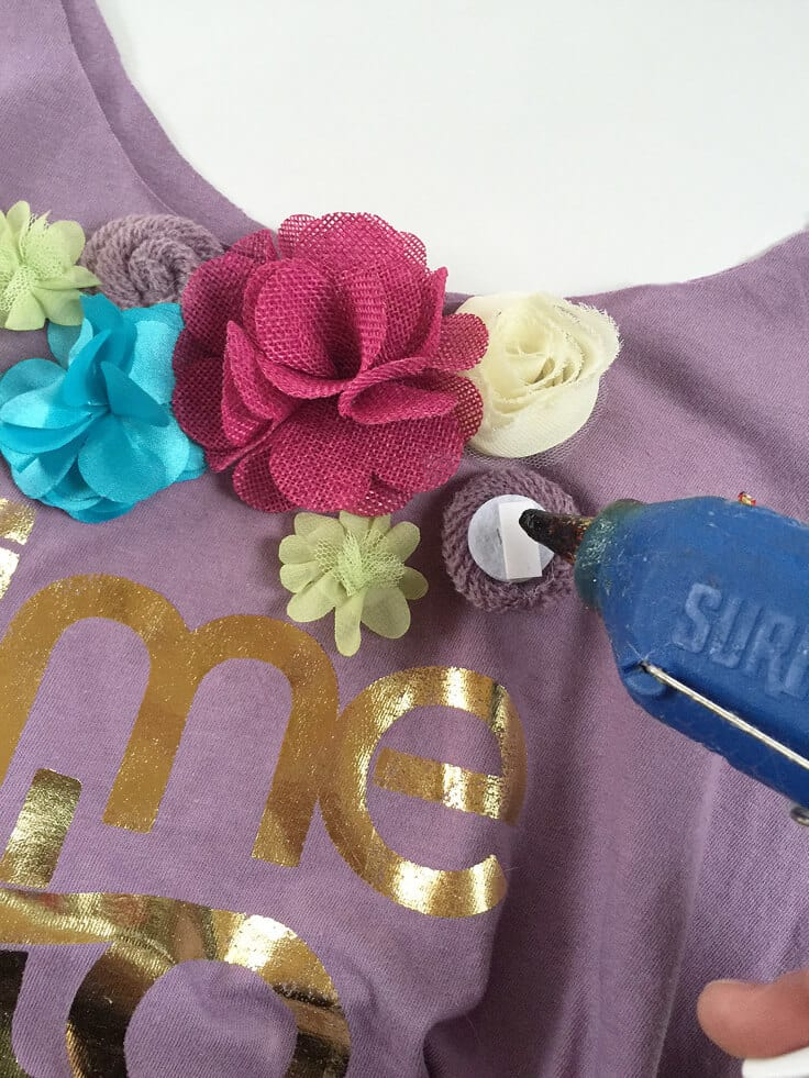 upcycle your favorite T-shirt to a fresh tote bag with some fabric flowers