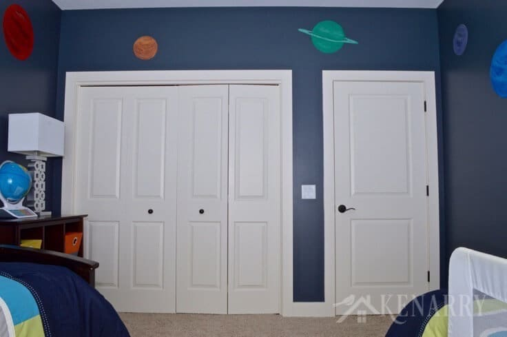 Your kids will be over the moon with an outer space boys bedroom. Check out the home decor, decorative wall mural and other details in this room reveal including a few NASA and Star Wars ideas. The whole room is out of this world!
