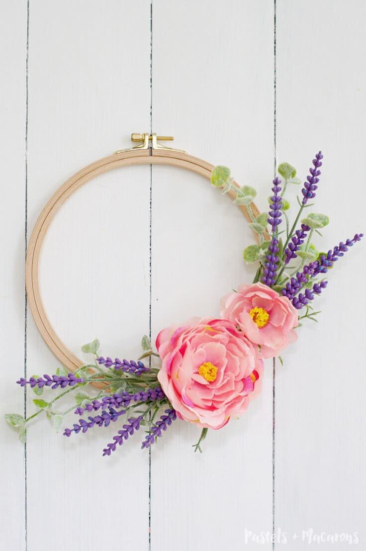 DIY Embroidery Hoop Spring Wreath tutorial. Quick and easy.
