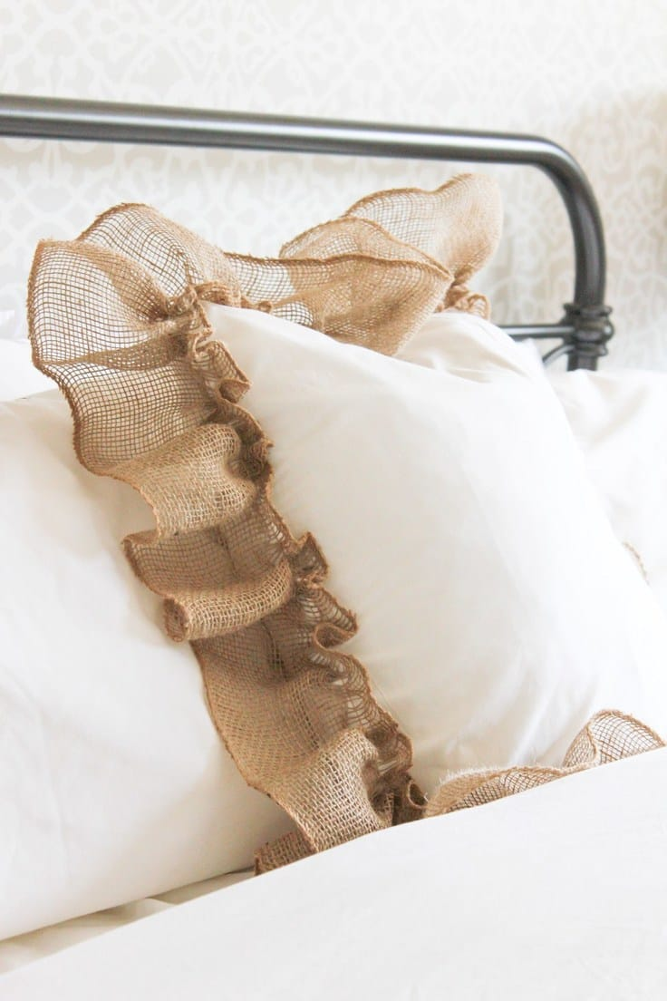 15 Minute Farmhouse Style Ruffle Burlap Pillow – Making It In the Mountains -- 12 creative burlap craft projects featured on Kenarry.com