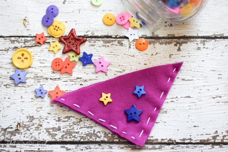Create corner bookmarks using felt. This is an easy beginner tutorial to teach kids how to sew.