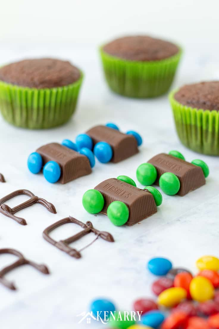 Use chocolate candy to create tiny edible lawn mowers to decorate Father's Day cupcakes. This cake decorating tutorial will show you how to make this easy dessert idea for your dad this Father's Day. #fathersday #cupcakes #recipes #cupcakeideas #racecar