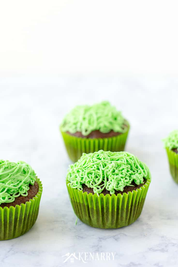Top cupcakes with green frosting to look like grass, then decorate each of them with a lawn mower made of candy. Dad will love this fun idea for Father's Day cupcakes. #fathersday #cupcakes