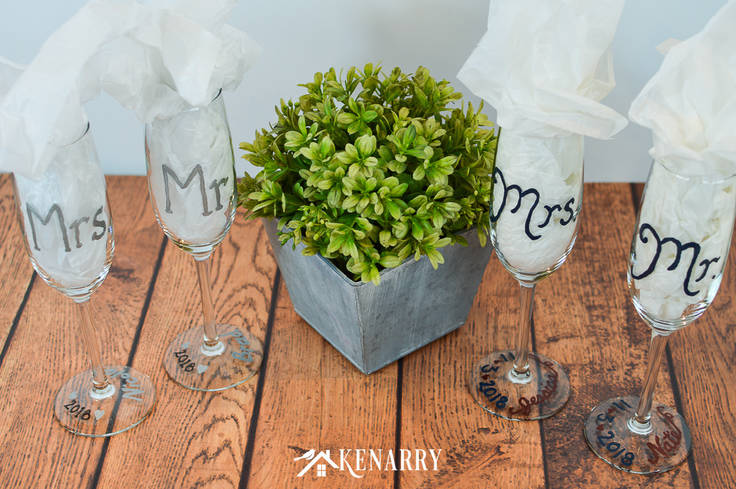 Learn how to customize champagne glasses for a wedding reception. These Mr. and Mrs. toasting glasses are an easy DIY gift for the bride and groom, perfect for a bridal shower, wedding or anniversary. #weddinggifts #weddingideas #weddingreception #handpainted
