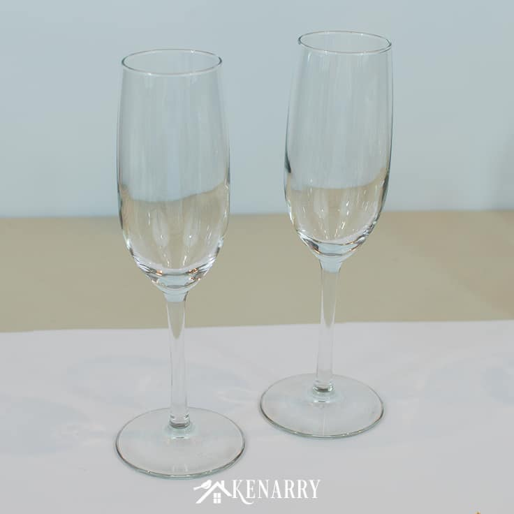 Turn basic, inexpensive champagne flutes into Mr. and Mrs. toasting glasses for a wedding. Personalized champagne glasses are an easy gift to make for the bride and groom, perfect for a bridal shower, wedding or anniversary. #weddinggifts #weddingideas #weddingreception #handpainted