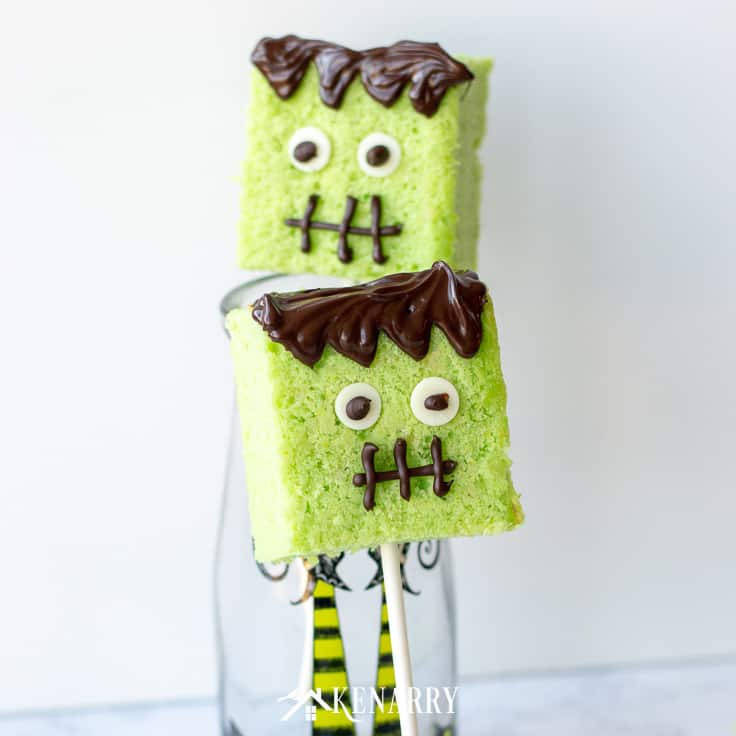 The candy eyeballs on these Halloween cake pops make them a fun and festive treat for your kids class party or to give as a sweet treat to friends. #easyrecipes #halloween #recipes #dessert #kidfriendlyrecipes