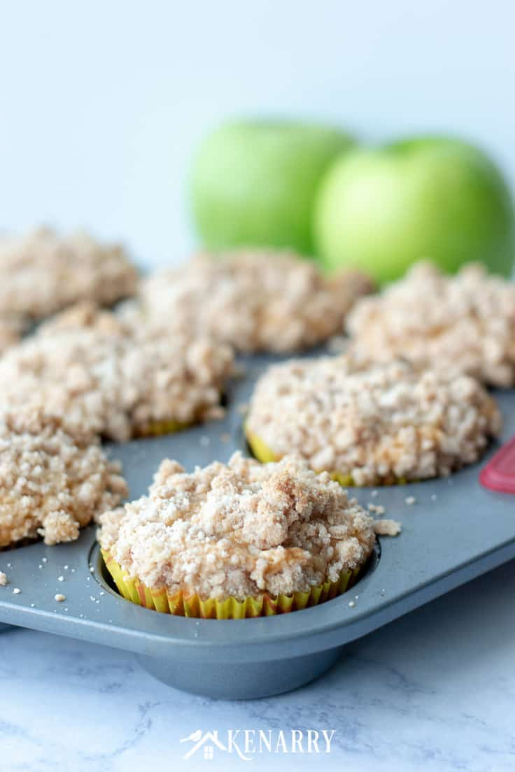 Love cinnamon and apples? Make these delicious apple coffee cake muffins with a crumb topping when you need an easy recipe idea for a breakfast or dessert that tastes like fall. #cinnamon #apples #kenarry