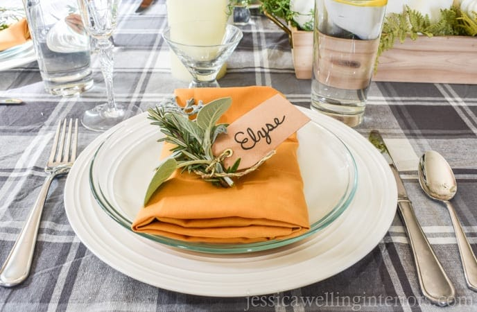 Hosting Turkey Day this year and need ideas on a simple, elegant tablescape? We'll show you how to create a Thanksgiving table setting in 6 easy steps! It's every thing you need to know, from centerpieces to place settings, for any type of decor whether it be rustic, traditional or modern. #thanksgiving #thanksgivingtable #kenarry