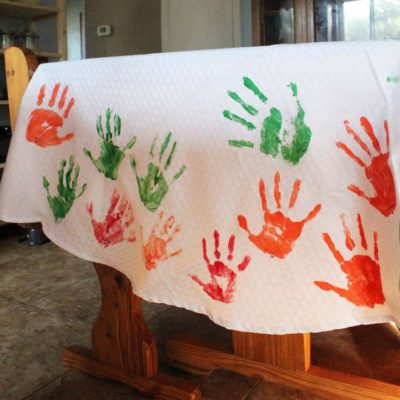 DiY tablecloth with handprints for Thanksgiving