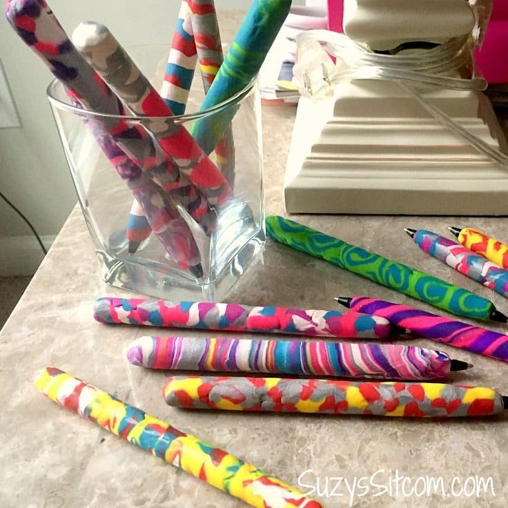 Learn some of the basics of polymer clay and how to make beautiful accessories for your desk with these easy DIY decorative pens made with polymer clay! #crafts #polymerclay #kenarry