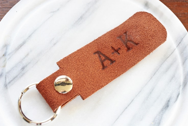 Learn how to make your own DIY keychain with leather. This simple leather craft project makes a great gift for a husband or boyfriend (and is perfect for Valentine's Day)! #diygifts #crafts #kenarry