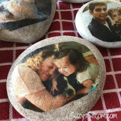 Create a beautiful memory that can last a lifetime! This tutorial will show you how to easily transfer photos onto stone. Transfer photos, quotes, illustrations, or anything that you can print on a simple printer! #photo transfer #photography #mod podge #crafting