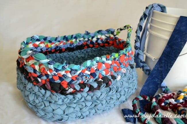 MAKE A BRAIDED BASKET OUT OF FABRIC SCRAPS
