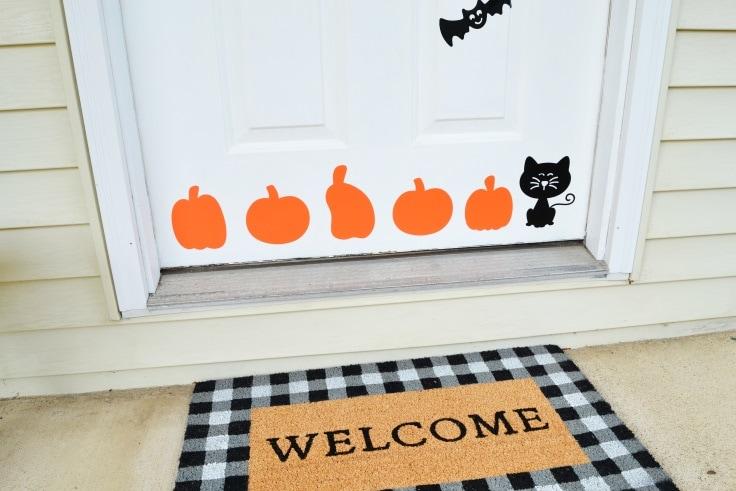 The DIY Halloween door decorations applied to the door