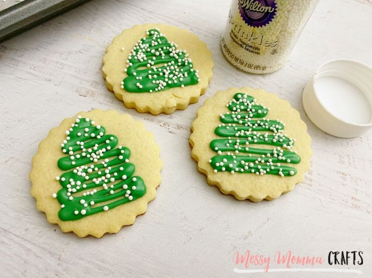 Using candy melts to decorate Christmas cookies will prevent the frosting from smearing.